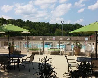 Doubletree by Hilton Hotel Fayetteville - Fayetteville - Patio