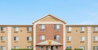 Super 8 by Wyndham College Station - College Station - Building
