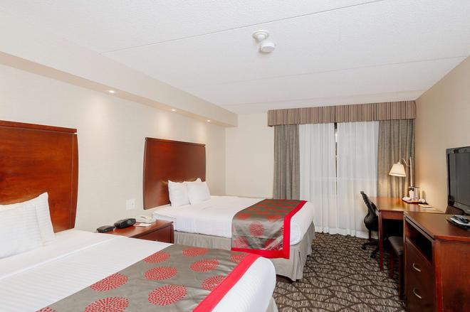 Ramada by Wyndham Niagara Falls by the River - Niagara Falls - Bedroom