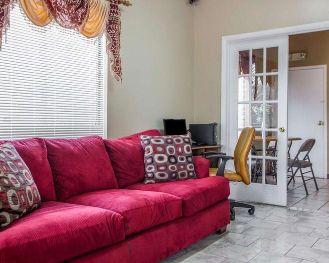 Rodeway Inn - Nashville - Living room