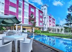 Favehotel Cimanuk Garut - Garut - Pool