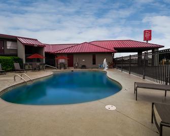Red Roof Inn & Suites Dothan - Dothan - Bazén