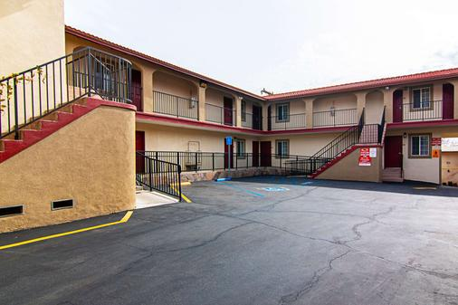 Econo Lodge - Long Beach - Building