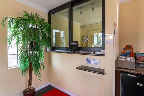 Econo Lodge - Long Beach - Front desk