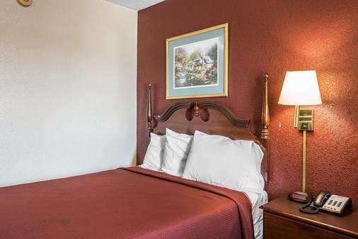 Rodeway Inn Expo Center - Spartanburg - Bedroom