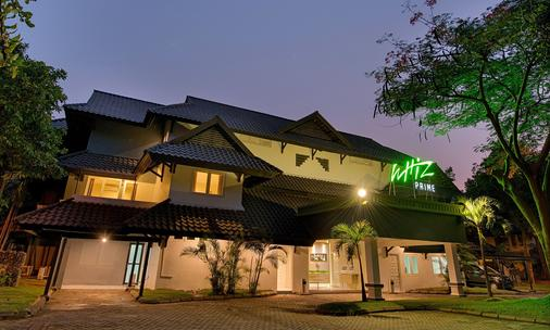 Whiz Prime Hotel Darmo Harapan Surabaya - Surabaya - Gebäude