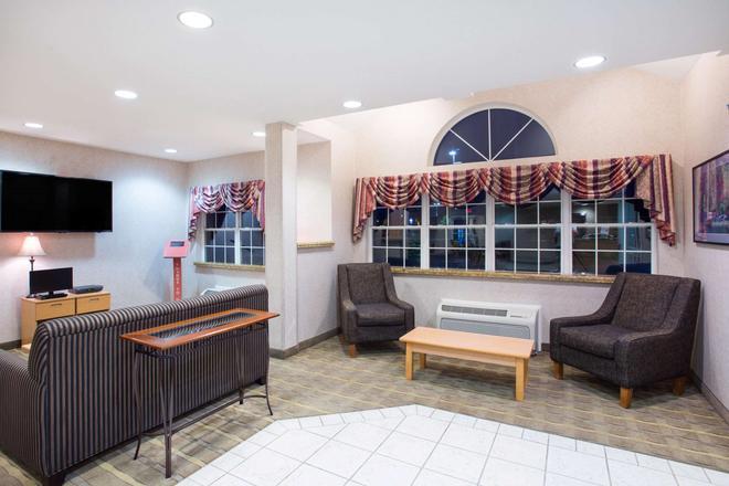 Microtel Inn & Suites by Wyndham Plattsburgh - Plattsburgh - Σαλόνι