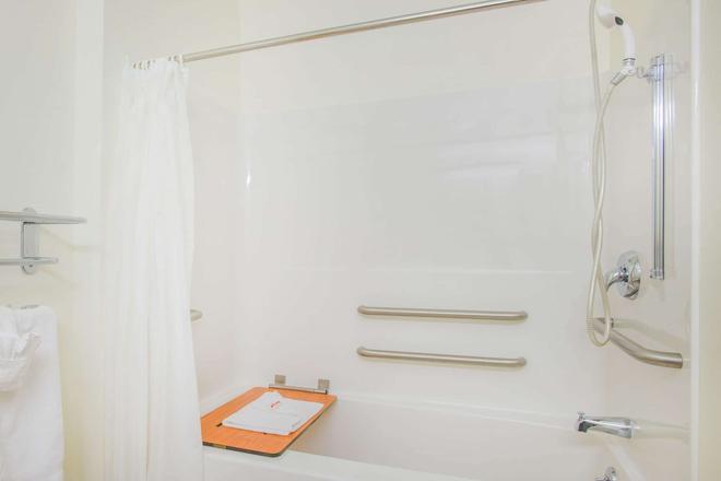 Microtel Inn & Suites by Wyndham Plattsburgh - Plattsburgh - Μπάνιο