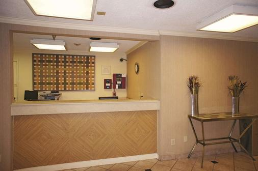 La Quinta Inn & Suites by Wyndham Tampa Brandon West - Tampa - Resepsjon