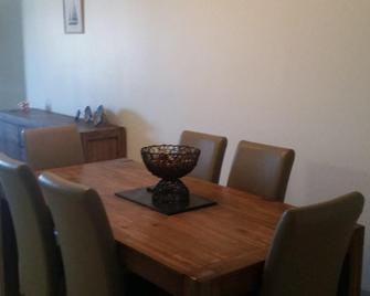 Tranquil Shores Holiday Apartments - Caloundra - Dining room