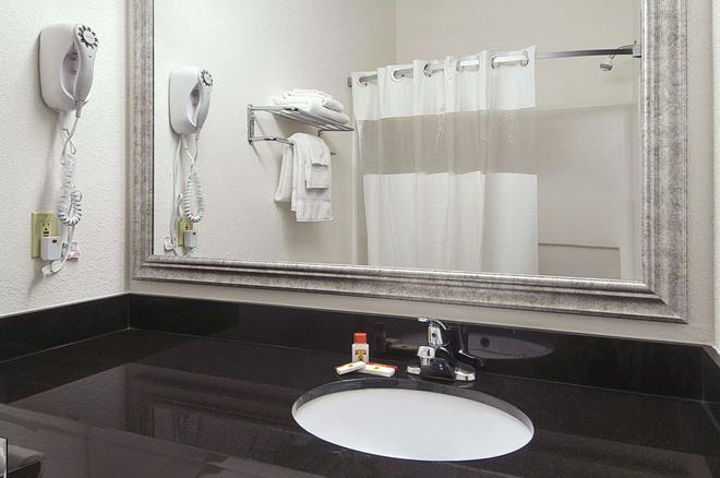 Super 8 by Wyndham Bowling Green North - Bowling Green - Bathroom