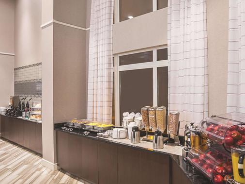 La Quinta Inn & Suites by Wyndham Flagstaff - Flagstaff - Buffet