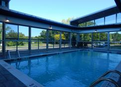 Holiday Inn Express & Suites Milford - Milford - Piscina