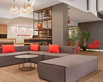 Ramada by Wyndham Valencia Almussafes - Алмусафес - Лоббі