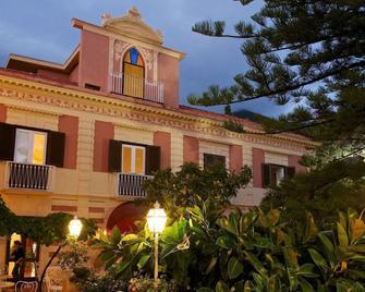 로만티크 호텔 & 레스토랑 빌라 케타 엘리트 - 마라테아 - 건물