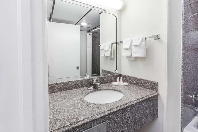 Super 8 by Wyndham Clinton - Clinton - Bathroom