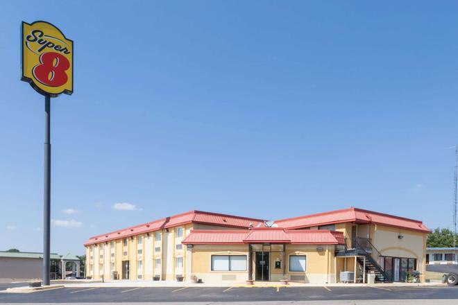 Super 8 by Wyndham Clinton - Clinton - Building