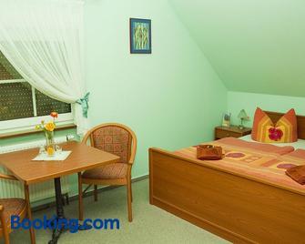 Christel's Pension & Cafe - Pawesin - Bedroom
