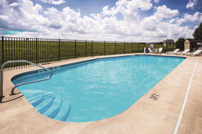 La Quinta Inn & Suites by Wyndham Evansville - Evansville - Uima-allas