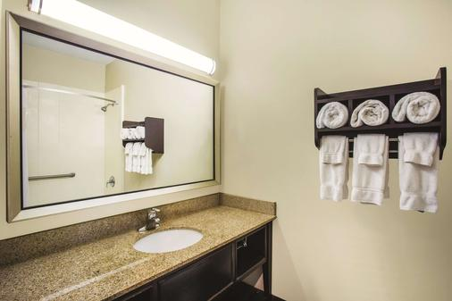 La Quinta Inn & Suites by Wyndham Evansville - Evansville - Bathroom