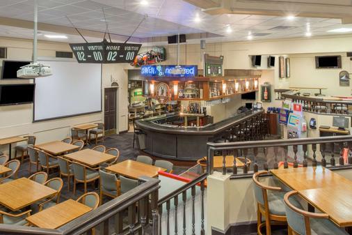 Ramada by Wyndham Kelowna Hotel & Conference Center - Kelowna - Bar