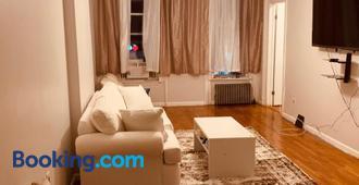 2 Br Classy Brooklyn Apt-10 Mins From Barclays Center! - Brooklyn - Living room