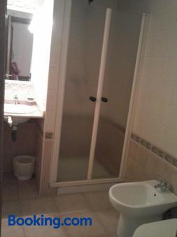 Pensión Doña Trinidad - Sevilla - Bathroom