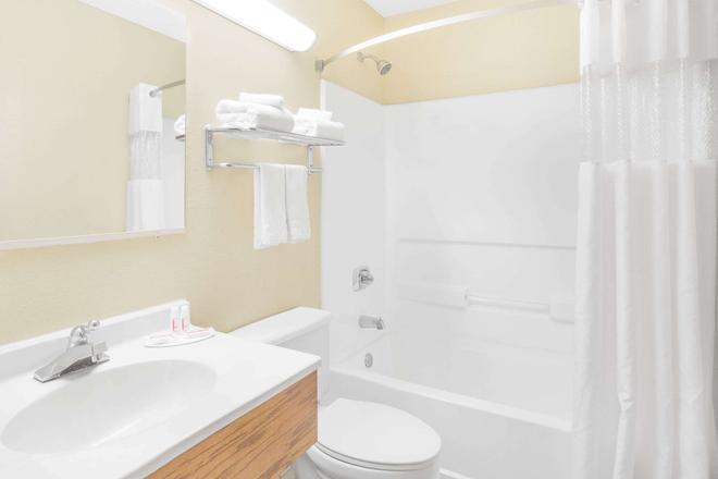 Super 8 by Wyndham Roanoke VA - Roanoke - Bathroom