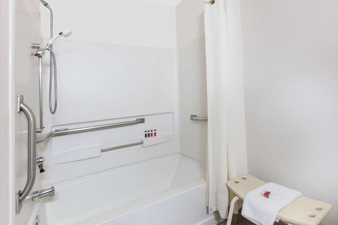 Super 8 by Wyndham Aberdeen MD - Aberdeen - Bathroom