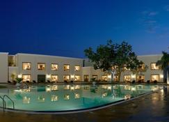 拉利特神廟酒店 - 卡修拉荷 - Khajuraho/克久拉霍 - 游泳池