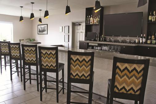 La Quinta Inn & Suites by Wyndham Houston North-Spring - Spring - Bar