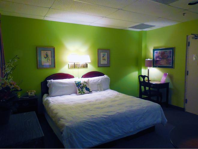 Higher Ground Hotel - Independence - Bedroom