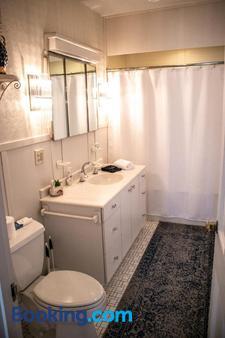 Governor's Inn Bed and Breakfast - Ashland - Bathroom