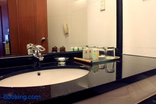 Imperial Hotel Miri - Miri - Bathroom