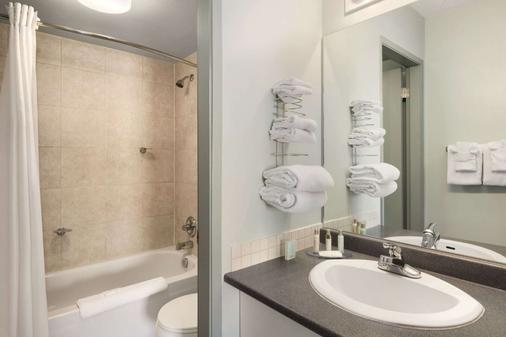Travelodge by Wyndham Cranbrook - Cranbrook - Bathroom