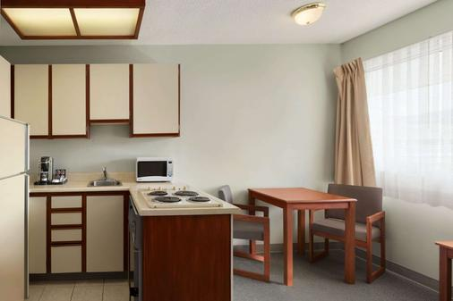Travelodge by Wyndham Cranbrook - Cranbrook - Kitchen
