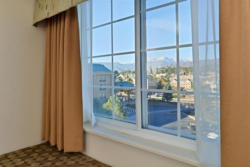 Best Western Plus Peak Vista Inn & Suites - Colorado Springs - Balcony