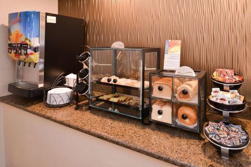 Best Western Plus Peak Vista Inn & Suites - Colorado Springs - Buffet