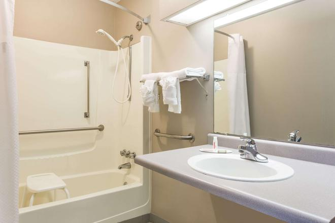 Super 8 by Wyndham Commerce - Commerce - Baño