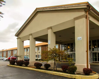 Econo Lodge - Erie - Building