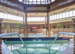 Holiday Inn Bloomington Airport South Mall Area, An IHG Hotel - Bloomington - Piscina