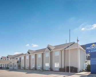 Microtel Inn & Suites by Wyndham Altus - Altus - Building