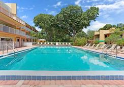 Howard Johnson by Wyndham Tropical Palms Kissimmee - Kissimmee - Piscine