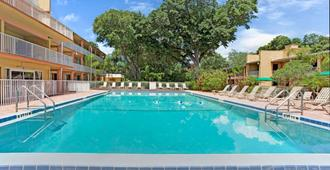 Howard Johnson by Wyndham Tropical Palms Kissimmee - Kissimmee - Piscina
