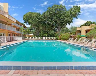 Howard Johnson by Wyndham Tropical Palms Kissimmee - Kissimmee - Zwembad