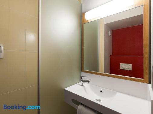 B&B Hôtel NIORT Marais Poitevin - Niort - Bathroom