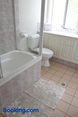 Koala Cove Holiday Apartments - Burleigh Heads - Bathroom