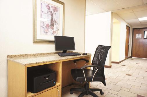 La Quinta Inn by Wyndham Indianapolis Airport Executive Dr - Indianapolis - Khu vực làm việc