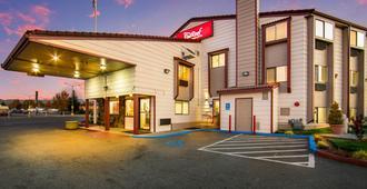 Red Roof Inn & Suites Medford - Airport - מדפורד