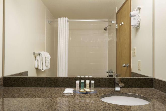 Super 8 by Wyndham Dawson Creek - Dawson Creek - Salle de bain